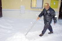 Muži ze svitavského azylového domu plní veřejnou službu. Nyní je zaměstnává úklid sněhu.