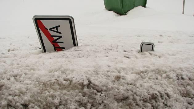 Cedule nevydržela nápor sněhu.