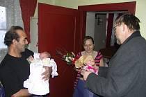 Hejtman Pardubického kraje Radko Martínek popřál první holčičce narozené v Pardubickém kraji v roce 2009