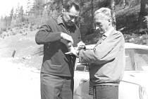 TÁBOR NA SLOVENSKU. Snímek z roku 1966 zachycuje na jedné z výprav Jaroslava Tměje a Jana Vandase.