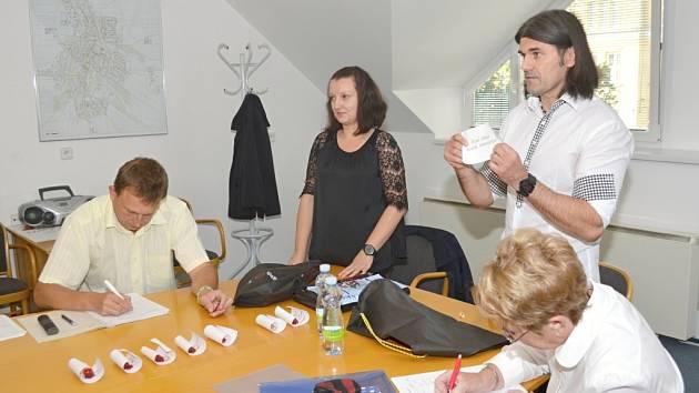 Losování se v Litomyšli ujal stejně jako před čtyřmi lety tajemník městského úřadu Bohuslav Pulgret.