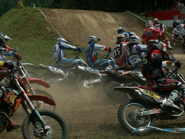 Závod přeboru Střediska motocyklového sportu v motokrosovém areálu v Jiráskově údolí v Benátkách.