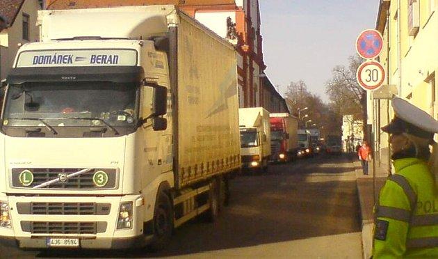 Svitavská ulice přetížená nákladní dopravou po odklonu z I/35