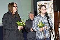 Cenu převzal v Praze Martin Boštík (u mikrofonu) a nakladatel Martin Souček.