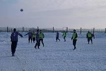 Fotbal na zasněženém terénu.