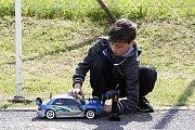 """Malý """"mechanik"""". Příprava na závod je velice důležitou součástí procesu rally s modely."""