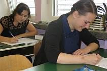 Studentky 4.B svitavského gymnázia Nikola Jančíková a Jolana Fajmonová zpracovávají téma z angličtiny.