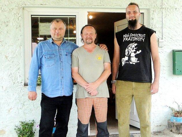 Výtěžek z benefice předal vedoucímu stanice Josefu Zelenému (uprostřed) Jakub Mašek (vpravo) ze sdružení Rohanovy děti společně s Petrem Škvařilem, starostou Květné.