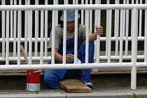 Brigádníci natírají zábradlí mostu v Poličce