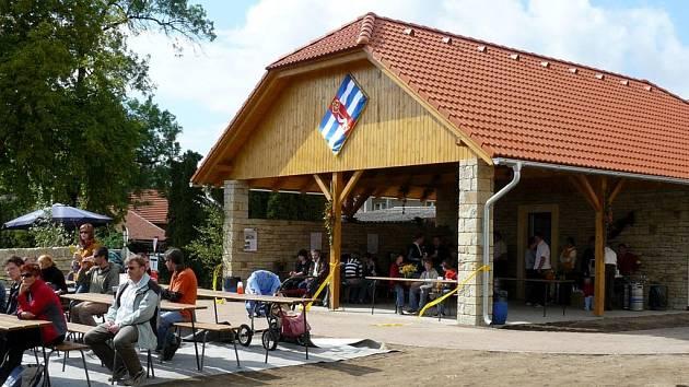 O víkendu otevřeli v Chotovicích přírodní areál se zastřešeným zázemím.
