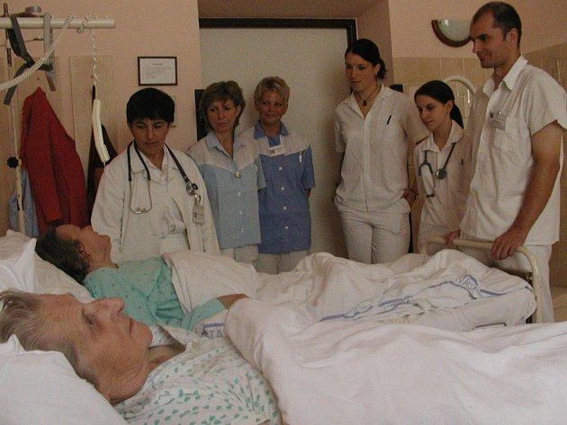 Poměry na svitavské interně se mění. Vedení nemocnice rozhodlo, že zvýší počet sester. Od příštího týdne budou na každé směně tři sestry.