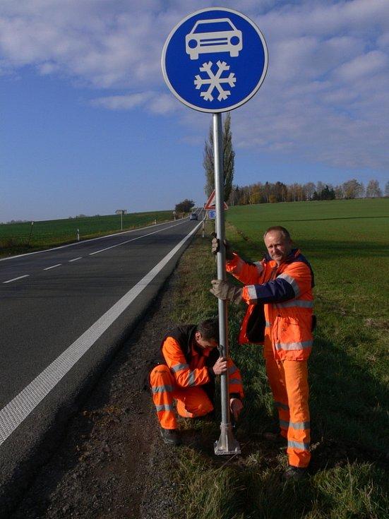 Silničáři instalovali u vendolského kopce novou značku Zimní výbava