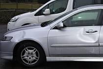 Detail levého boku poškozeného vozu.