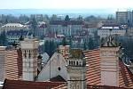 Pohled z věže litomyšlského zámku na městský úřad a gymnázium.