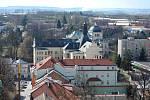 Pohled z věže litomyšlského zámku na poštu,střední pedagogickou školu a Smetanův dům.