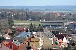 Pohled z věže litomyšlského zámku na zimní a letní stadion.