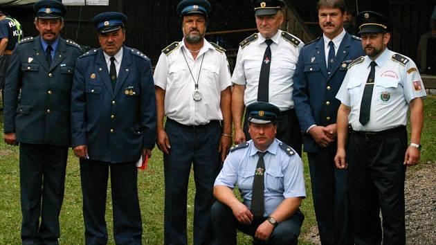 Funkcionáři sboru dobrovolných hasičů Březina před zahájením soutěží.