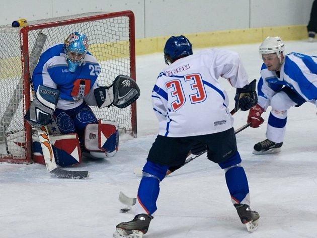 JEDNÍM Z HRÁČŮ, který gólově přispěl k přesvědčivému vítězství Litomyšle nad Světlou, byl Zdeněk Čech (v bílém). Aktivní útočná hra v podání domácích hokejistů slavila důležitý úspěch.