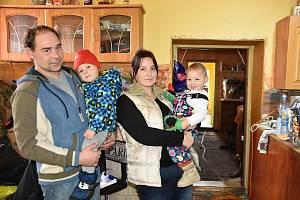 MANŽELÉ LUŇÁČKOVI se dvěma ze svých čtyř dětí v jedné z částečně zachovalé místnosti ve vyhořelém domě v Kamenci. Čekají na vyřízení pojistky a hlavně na jaro, aby co nejdříve mohli začít s opravou rodinného domu.