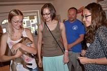 Liščí mládě mělo smůlu. Zachytil ho vlak. Studenti ze svitavského gymnázia přispěli na jeho léčení.