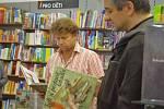 MARTIN SODOMKA ze Svitav pokřtil v Praze svou druhou knihu z Edice technických pohádek. Všichni ji chtěli mít od autora podepsanou.