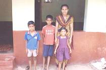 Jsou tomu již čtyři roky, kdy se rozhodly děti s učitelkou Helenou Půlkrábkovou adoptovat na dálku indického chlapce Petera Gomese (na snímku uprostřed).
