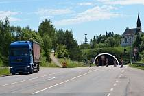 Uzavírka Hřebečského tunelu je nepříjemným zdržení, na staré klikaté státovce se tvoří kolony. Nakonec však bude jen krátkodobá, půlroční zavírka se odkládá