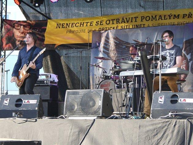 """""""ANDÍLCI""""  to v Poličce na náměstí pořádně rozjeli. Jejich koncert si nenechali ujít lidé z města i ze širokého okolí. Kdo na festival přijel, rozhodně nelitoval."""