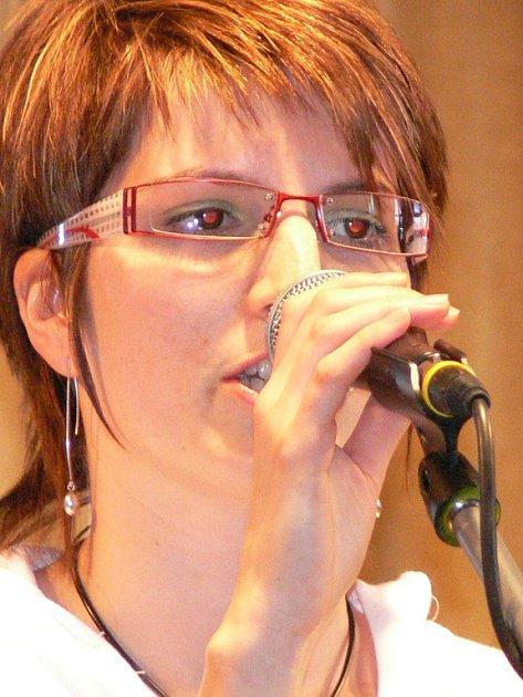 Zpěvačka Martina Süsserová zpívá s kapelou Vespol, která ve Svitavách postoupila.