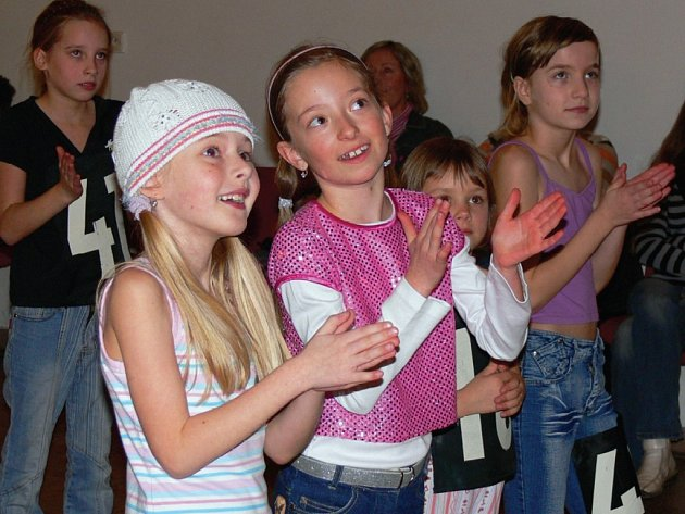 VYCHÁZEJÍCÍ TANEČNÍ HVĚZDY Natálie Šafaříková a Aneta Budíková (zleva). Je jim osm let a rodiče s nimi jezdí na soutěže po republice. Vždy stojí na stupních vítězů.