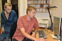 Štáb Sdružení pro město Svitavy. David Šimek spolu s ostatními kandidáty sledoval s napětím výsledky.