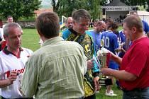 Svitavští fotbalisté Pavel Čížek (vlevo) a Jiří Petr přebírají již po páté putovní pohár z rukou chornického starosty.