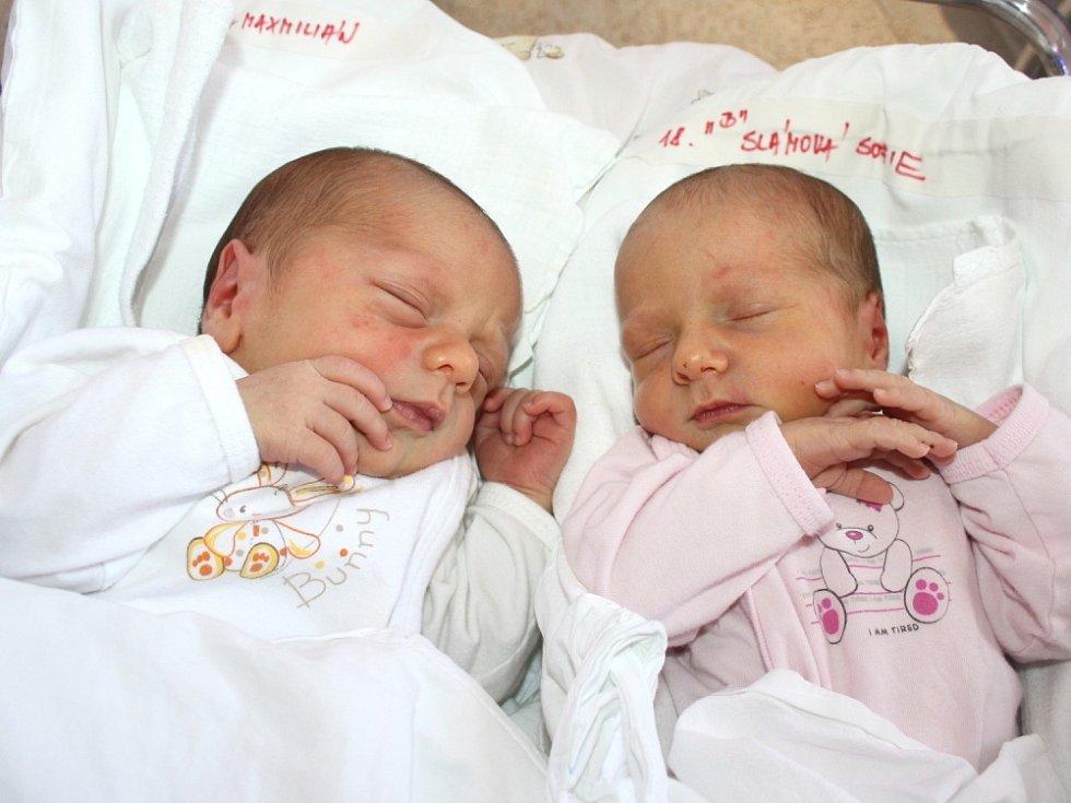 MAXMILIÁN A SOFIE SLÁMOVI. Dvojčátka přišla na svět 8. srpna, hoch ve 20.02 hodin, vážil 3,1 kilogramu a měřil 49 centimetrů. Slečna se narodila ve 20.03 hodin, vážila 2,99 kilogramu a měřila 49 centimetrů. S rodiči Simonou a Petrem bydlí ve Svitavách.