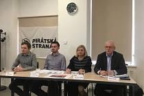 Tisková konference svitavských Pirátů k podání trestního oznámení kvůli stavbě šaten na stadionu.