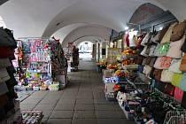 Obchodníci v Litomyšli museli upravit vystavené zboží na podloubí.