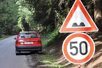 V nejhorším úseku u osady Brlenka silničáři umístili dopravní značky a snížili rychlost na padesátku.