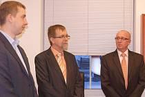 Senátor Radko Martínek (uprostřed) při otevírání svojí nové kanceláře ve Svitavách.
