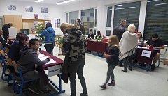 Ve volební místnosti v základní škole v Jevíčku bylo v pátek večer i přes pokročilou hodinu a hustou mlhu živo.