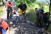 DOBROVOLNÍCI pomáhají v Mladějově s renovací historické úzkorozchodné železnice.