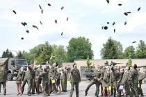 Absolventi vojenské školy  v Moravské Třebové včera převzali maturitní vysvědčení a při slavnostním nástupu se rozloučili se školou a kamarády.