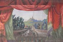 Malovaná opona pochází z dvacátých let minulého století. Dnes je k vidění na svojanovské radnici.