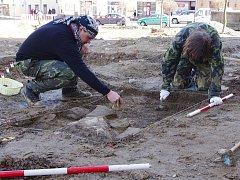 Archeologové na náměstí v Poličce.