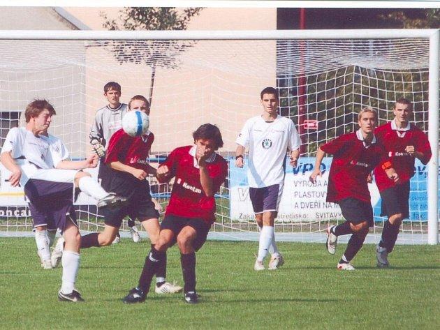 V prázdninovém derby ve Svitavách ztratila Jiskra (v bílých dresech) výhru vinou gólu inkasovaného v nastavení.