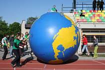Zeměkoule je symbolem Globe Games. V sobotu si jí účastníci v Litomyšli předávali místo štafetového kolíku.
