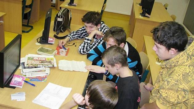 Žáci z březovské základní školy si na vlastní kůži vyzkoušeli práci redaktorů. Natočili několik reportáží, zpovídali obyvatele města a připravili rozhlasové vysílání.