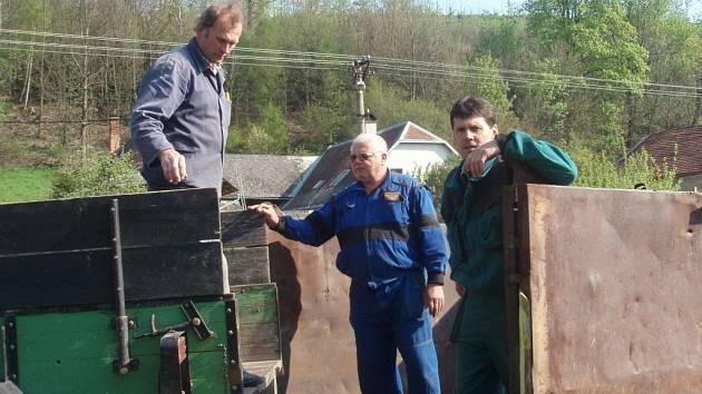 Se svážením odpadu pomohli hasiči.