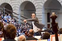 Jan Maxián. Kromě hbitého jazyka prokázal člen zaniklé skupiny Nightwork i šikovné ruce při řízení Janáčkovy filharmonie.