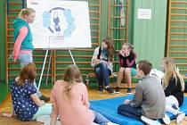 HROU PROTI AIDS. Studentky svitavské zdravotnické školy informovaly školáky s riziky nebezpečných nemocí.