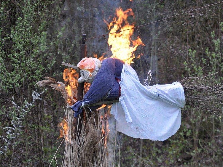 Zlatý hřeb večera. Do lomu na Křížovém vrchu se spustila čarodějnice, která skončila přímo na hranici.