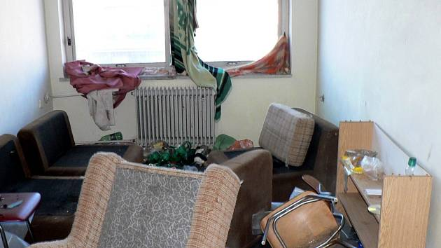 POKOJE V PRÁZDNÉM DOMĚ jsou v dezolátním stavu. Mezi rozházeným nábytkem a odpadky se povalují také injekční stříkačky, které odhodili narkomani.